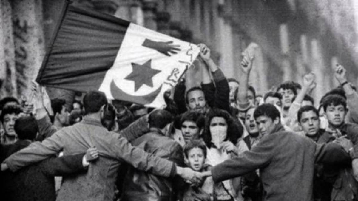 Manifestation des Algériens le 8 mai 1945 à Sétif, dans le nord constantinois.